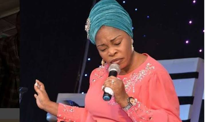 Fans Drag Tope Alabi For Criticising Song